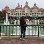 Je regarde les fontaines de Disneyland