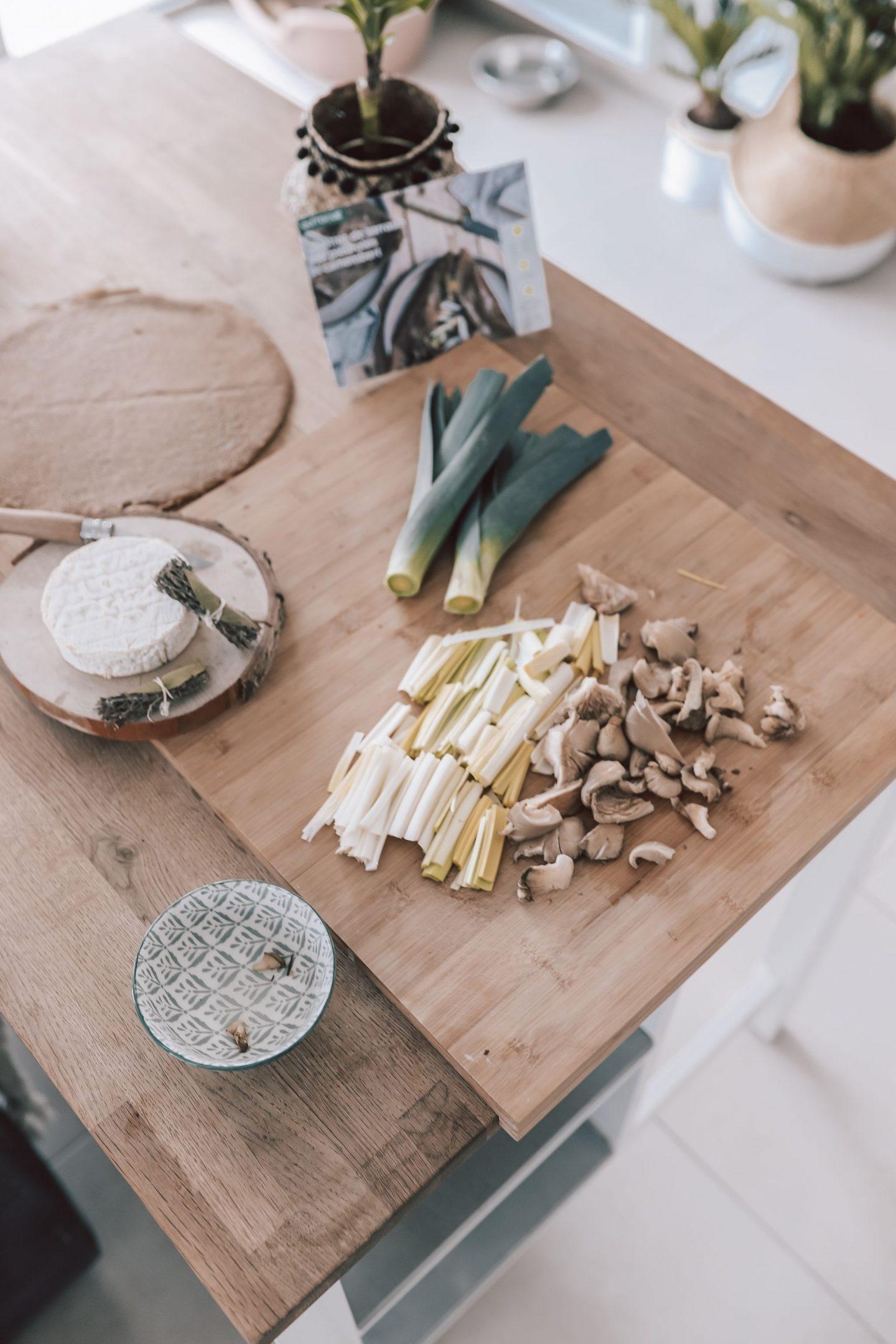 Découpe des ingrédients pour la recette Quitoque des galettes de sarrasin au camembert, poireau, pleurotes